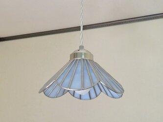 ブルーホワイトのお花(ステンドグラスペンダントライト)吊り下げ照明・ガラス  M~Lサイズの画像