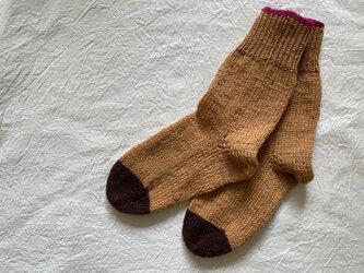 手編みの靴下 濃いベージュ こげ茶の画像