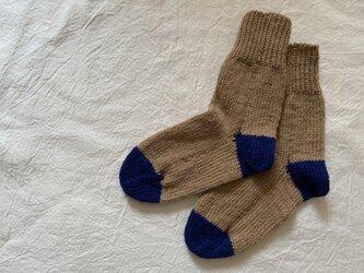 手編みの靴下 ベージュ 青の画像
