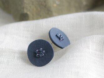 円やかな形に愛着が湧く 小石ピアス ネイビー【ポリマークレイと刺繍を融合させたアクセサリー】の画像