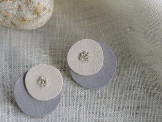 円やかな形に愛着が湧く 小石イヤリング かさね ホワイト×グレー【ポリマークレイと刺繍を融合させたアクセサリー】の画像