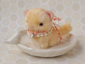 ちいさなぬいぐるみ 猫 薄めの茶トラすわりポーズ*ピンクの飾りの画像