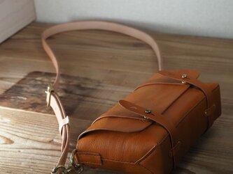 お散歩にお勧めの小さな鞄(ブラウン)の画像