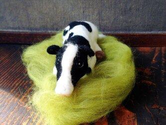 羊毛フェルト 縁起のいい座る牛さんのフィギュアの画像