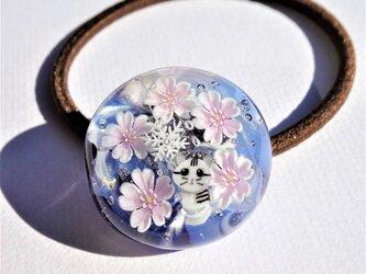 《寒桜とねこ》 ヘアゴム ガラス とんぼ玉 花 桜 ネコ 雪の結晶の画像