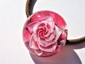 《ルビーローズ》 ヘアゴム ガラス とんぼ玉 花 薔薇の画像