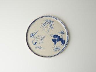 染付け皿 草葉の陰で 兎鹿の画像