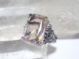 ライトピンクカラー・オクタゴンカットドラゴンズブレスのリングの画像
