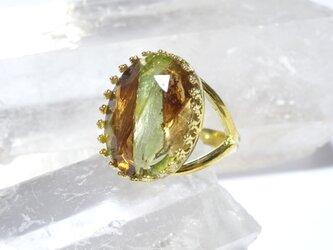 ストライプウランガラスカットストーンのリング(ゴールドカラー)の画像