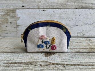 大人かわいい手刺繍お花畑のラウンドポーチ 国産帆布 ミモザ 小物入れの画像