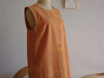 オレンジ色に向日葵模様の紬ロング丈ワンピースの画像