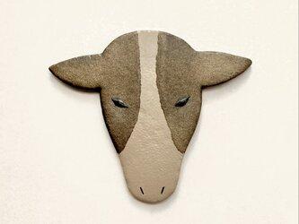 牛のブローチ 漆皮の画像