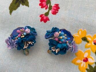 布花とビジューのイヤリング ブルーフラワーの画像