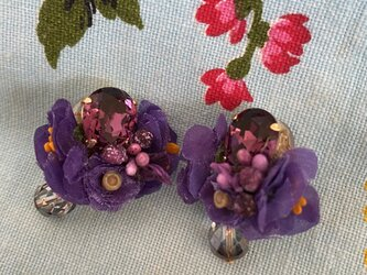 布花とビジューのイヤリング パープルフラワーの画像