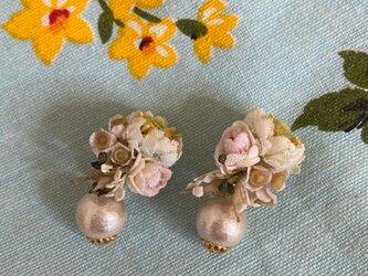 布花とパールのイヤリングの画像