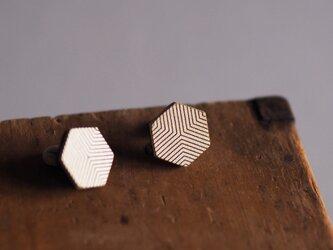 革製六角形型ピアス(チタン製金具)18x15mmの画像