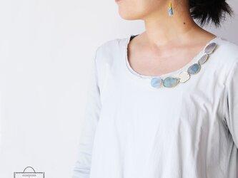 きらめき上品な衿元に 麻のブローチ〈 NeckStone 〉藍納戸の画像