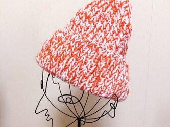 オレンジ色のニット帽 の画像