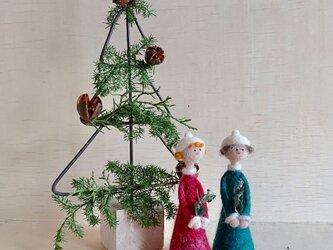 クリスマスツリーと聖歌隊の画像