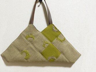 ベージュとカラシ色合わせのユニークなかばんの画像