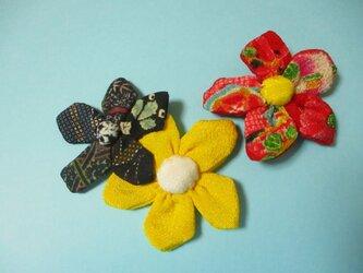 幸せの黄色い花と亀花と赤の縮緬花のスリーピンの画像