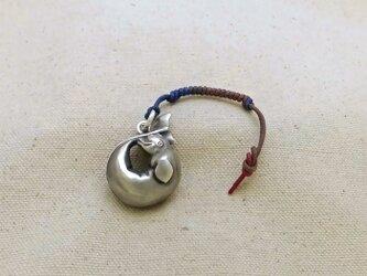 銀製の鈴 『 シロイルカ(ベルーガ) 』 (シルバー925) ペンダントトップ・バッグチャームの画像