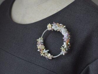小花のリースブローチの画像