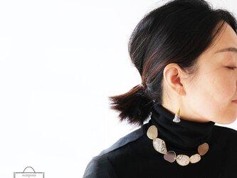 きらめき上品な衿元に 麻のブローチ〈 NeckStone 〉墨の画像