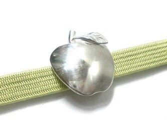 リンゴのシルバー帯留めの画像