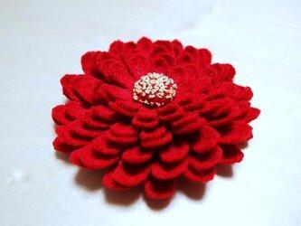 髪飾り 赤い菊の画像