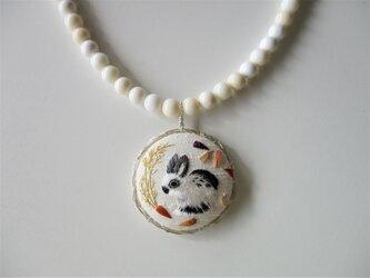うさぎと人参 白サンゴ 絹糸刺繍ネックレスの画像