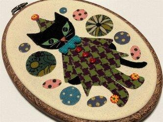 サーカスの猫 (刺繍枠ですが壁などにかけられます)の画像