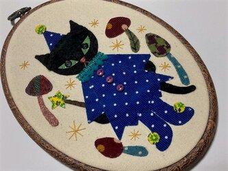 魔法使いの猫 (刺繍枠ですが壁などにかけられます)の画像