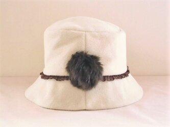 ボンボン付きベージュのカシミア帽子の画像