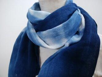 やわらか綿の藍染めストール(絞り風ぼかし)の画像