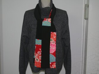 ロングスカーフ 黒字錦紗に可愛い花柄の錦紗の画像