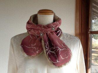 ピンク色に白の模様が素敵なネックウオーマーの画像