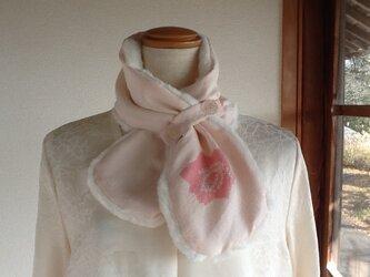 淡いピンクのネックウオーマーの画像