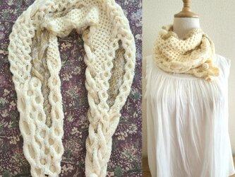 652種類の糸で編んだ、.スヌードになるなわ編みショール〈オフホワイト×ベージュ〉の画像