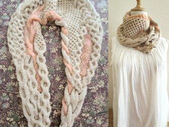 66.2種類の糸で編んだ、スヌードになるなわ編みショール〈ベージュ×ピンク〉の画像