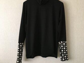 ふんわりウール手袋付き長袖タートルカットソー 黒×黒白星柄Fの画像