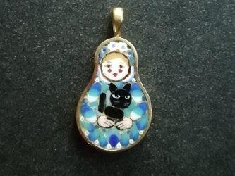 黒猫を抱くマトリョシカ(ペンダントトップ)の画像