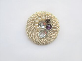 ビジュー&パールのブローチ(丸・白×シルバー(紫))の画像
