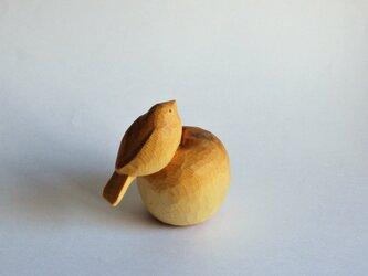 木彫りのりんごと小鳥の画像