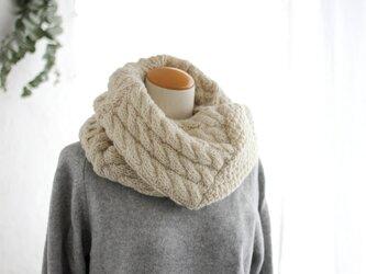 天然色羊毛100% 7つのアラン模様ニットスヌード (オフホワイト)の画像