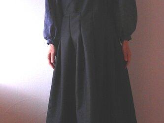 起毛素材 Vネックのジャンバースカートワンピースの画像