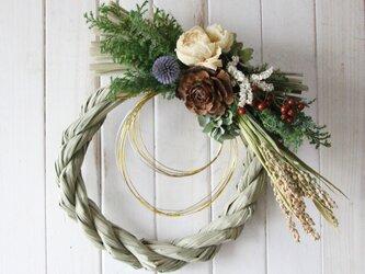 芍薬と木の実のしめ縄リースの画像