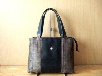 畳縁と革のバッグの画像