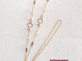 お花のパーツと天然石のメガネチェーン(インカ×ガーネット×水晶)の画像