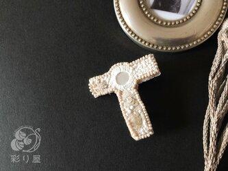ブローチ【十字架】タウ型白の画像